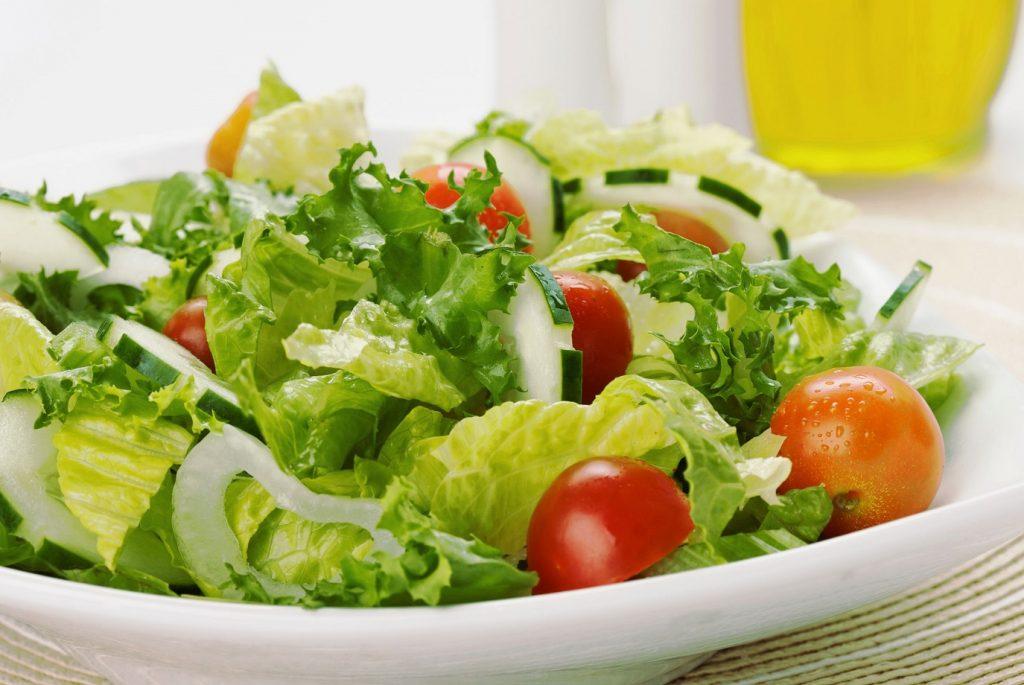 recepty-lyogkih-letnih-salatov
