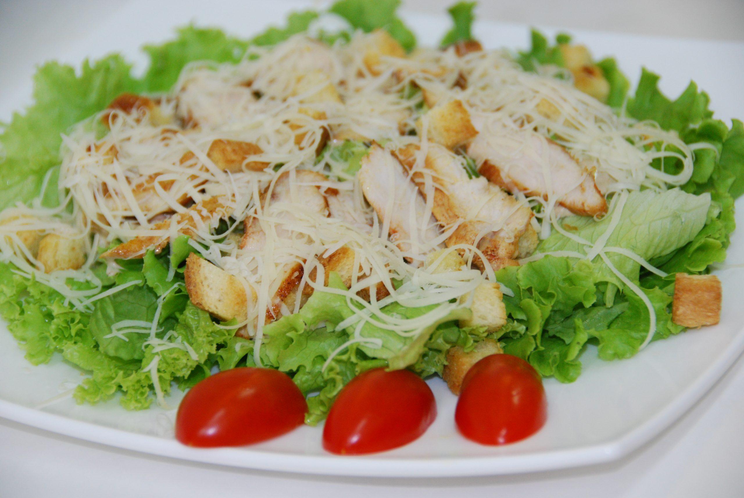 легкий летний салат цезарь