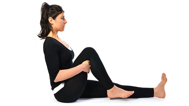 поза йоги сгибая колени