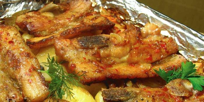 свинные ребра в духовке с картошкой